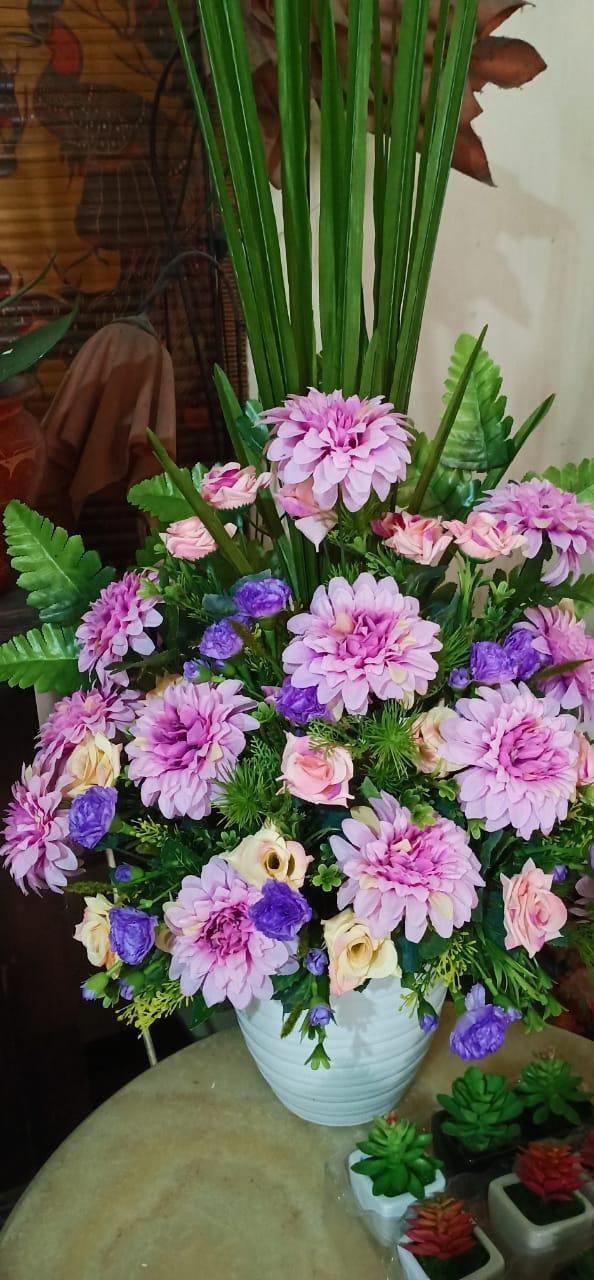 Bunga mawar tidak mempropagandakan harum semerbaknya, dengan sendirinya harum semerbaknya itu tersebar di sekelilingnya. (Soekarno. Presiden pertama Indonesia 1901-1970)