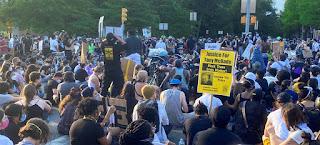 متظاهرون في نيويورك يرفعون شعارات تطالب بالعدالة