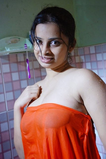 Hot Indian Girl Bathing photo pics