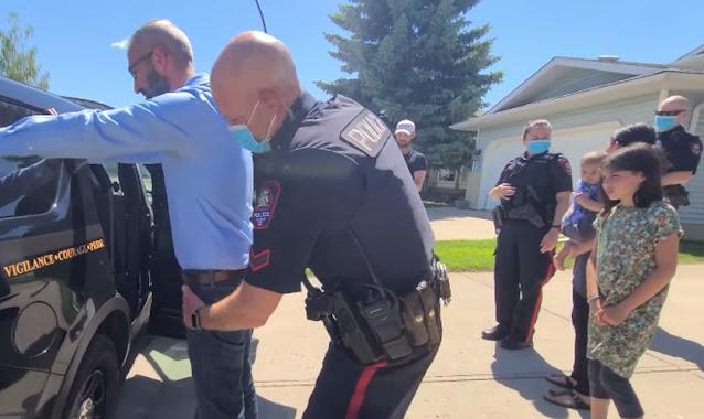 Pastor é preso em frente aos filhos no Canadá por culto 'clandestino'