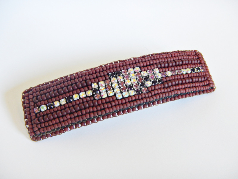 Klamra do włosów wykonana w technice haftu koralikowego