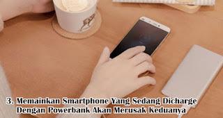 Memainkan Smartphone Yang Sedang Dicharge Dengan Powerbank Akan Merusak Keduanya