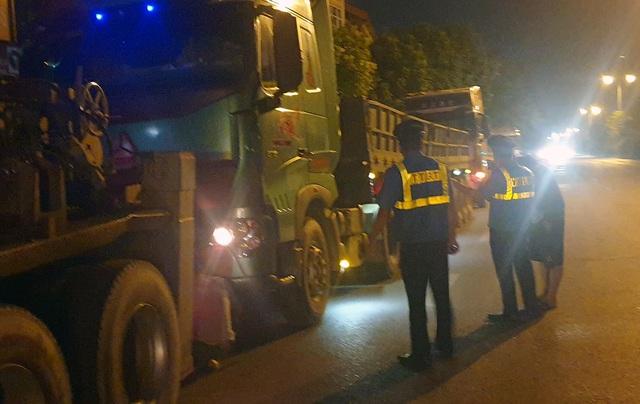 """Tài xế xe quá tải cố thủ trong xe gọi """"cứu viện"""""""
