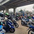 Sistem Layanan Down, Antrean Wajib Pajak di Depan Samsat Jakarta Timur Membeludak