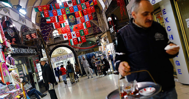Έλληνες συρρέουν κατά χιλιάδες στην Τουρκία για ψώνια λόγω της υποτιμημένης τουρκικής λίρας