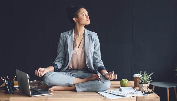 Una práctica milenaria como el yoga nos puede ayudar a enfrentar el cansancio físico tan inevitable que experimentamos en el mundo agitado que vivimos.