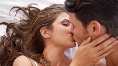 gay tongue kissing