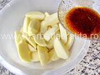 Pulpe de pui la cuptor preparare reteta - turnam peste cartofi marinada ramasa
