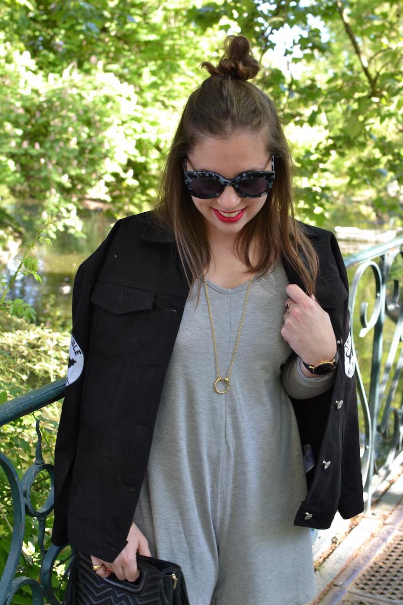 combi short grise manche longue, veste en jean noir BOOHOO , collier Amour, lunette de soleil Jimmy Fairly,sac M Maje