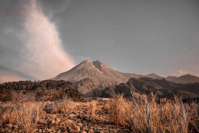 Keindahan gunung Merapi tampak dari Wisata kaki gunung di Kaliadem