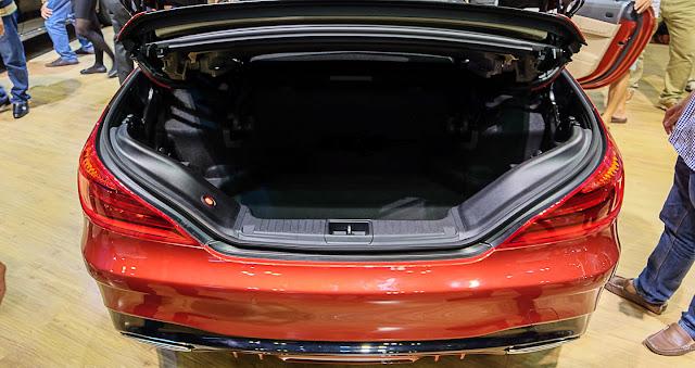 Cốp sau Mercedes SL 400 thiết kế rộng rãi và thoải mái.