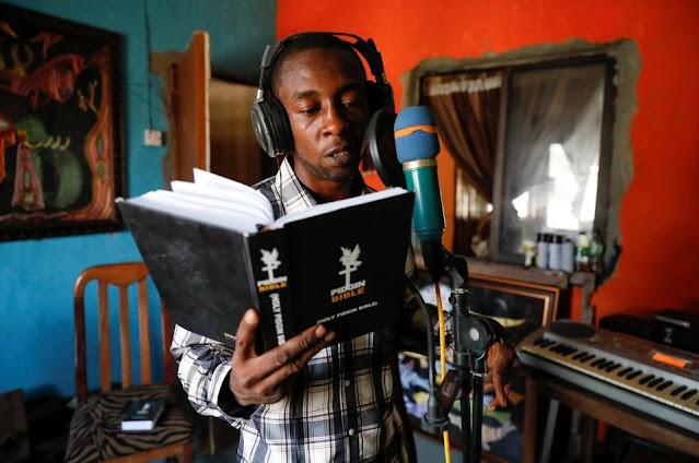 Nigeriano traduz a Bíblia para idioma pidgin e leva seu povo a compreender as Escrituras