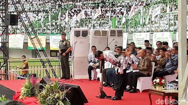Sampaikan Hormat, Jokowi Bungkukkan Badan di Hadapan 38 Ribu Guru