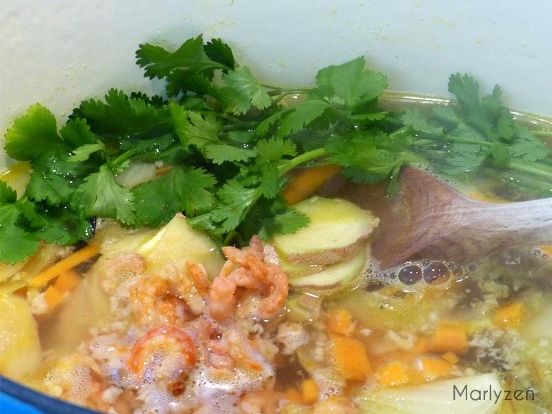 Ajoutez le gingembre, la coriandre et les crevettes séchées.