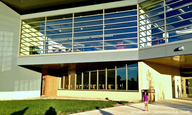 Primer plano de la fachada de la escuela elemental.