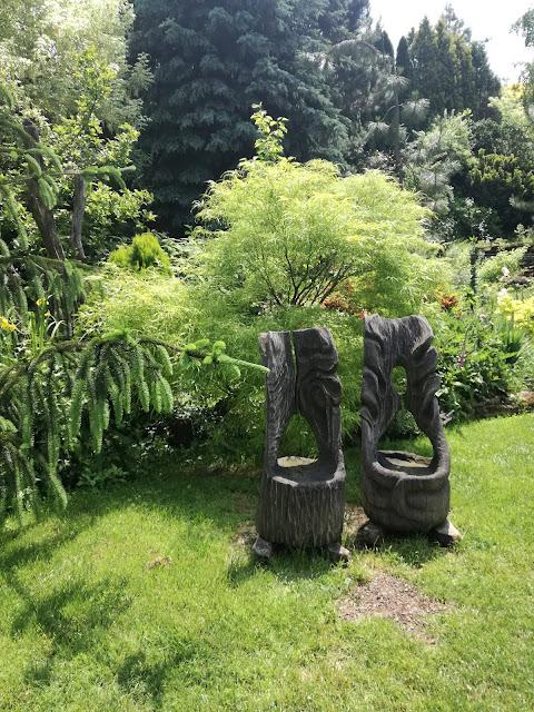 drewniane meble ogrodowe, rzeźba w ogrodzie