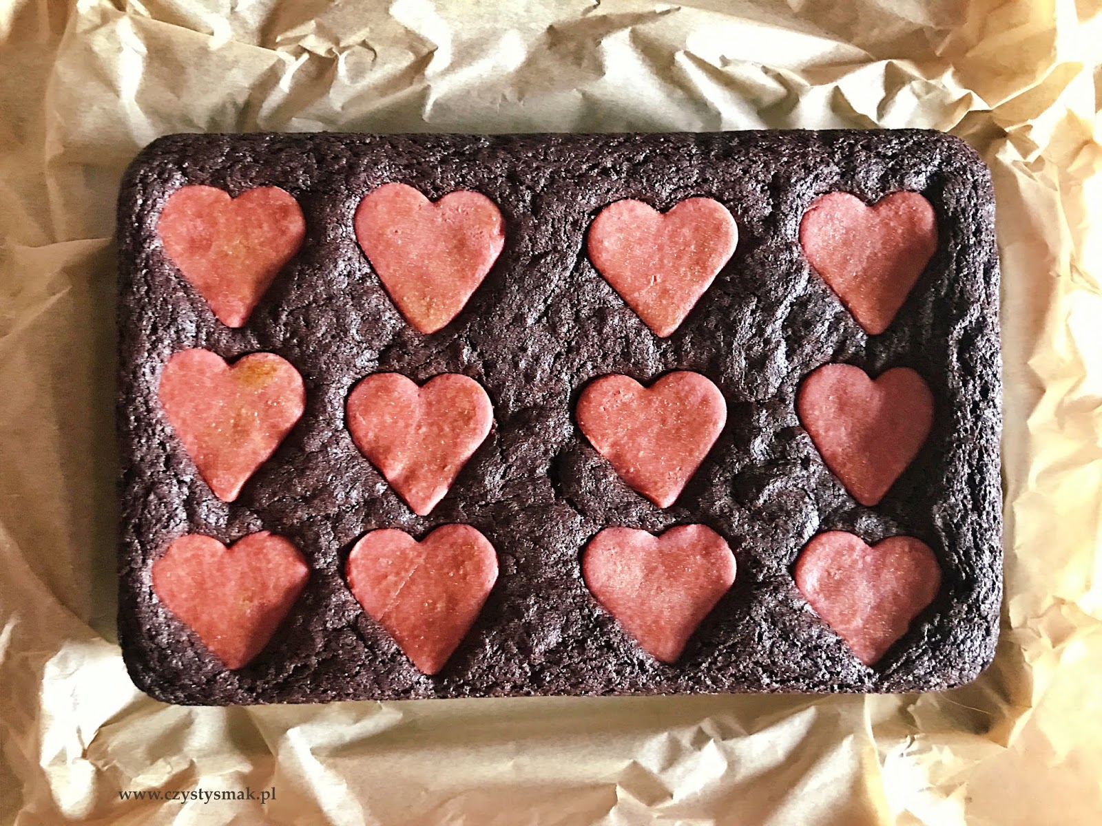 Różowe kruche serca na czekoladowym cieście