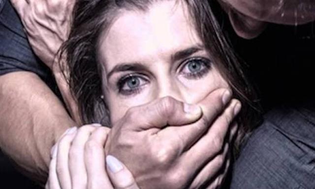 Φρίκη: Μετανάστες Bίασαν oμαδικά διερμηνέα κατά τη διάρκεια ρεπορτάζ!