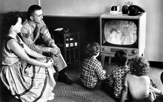 Assistindo TV antiga