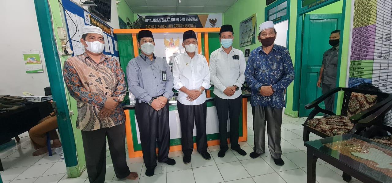 Bupati Salurkan Zakat Malnya Yang Diterima Ketua Baznas Kabupaten Asahan