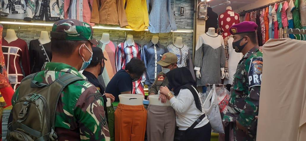 Kodim 0410/KBL bersama dengan Tim Satgas Covid-19, terus gencar dalam memberikan himbauan dan edukasi kepada warga masyarakat yang beraktivitas di pusat perbelanjaan tradisional