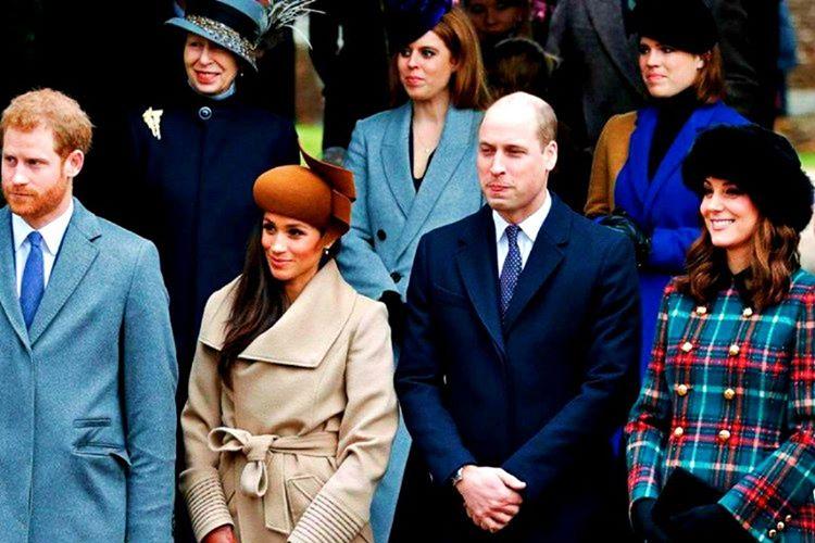 Kraliyet kuralları gereği günlük kıyafetleri abartısız ve sosyal mesajlar vermeyen elbiselerden oluşmalıdır.