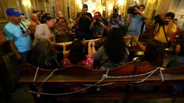 """Víctimas de Pinochet protestan contra """"misa del perdón"""""""
