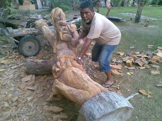 Foto do Facebook do artista Doidão Bahia e uma escultura grande