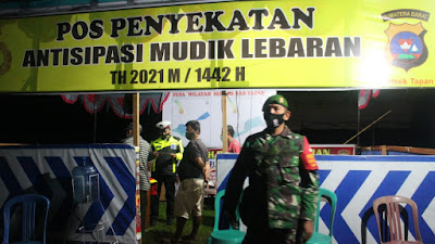 Babinsa Koramil 01/Pancung Soal Bantu Polsek Jaga Pos Penyekatan Antisipasi Mudik Lebaran
