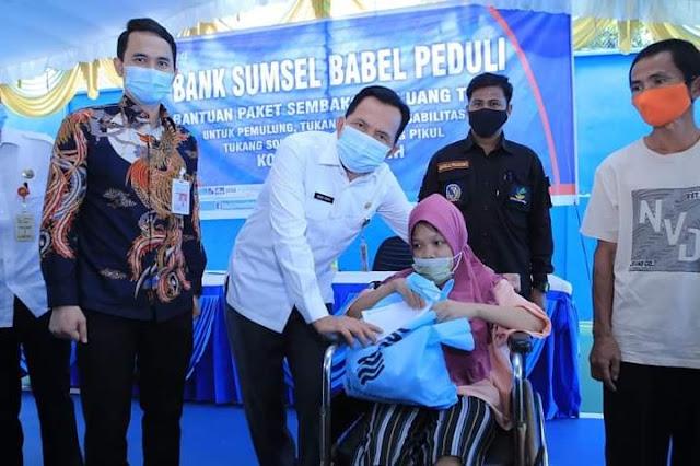Ridho Yahya Berikan Bantuan Simbolis kepada  Petugas Kebersihan Dari BSB  Cabang Prabumulih