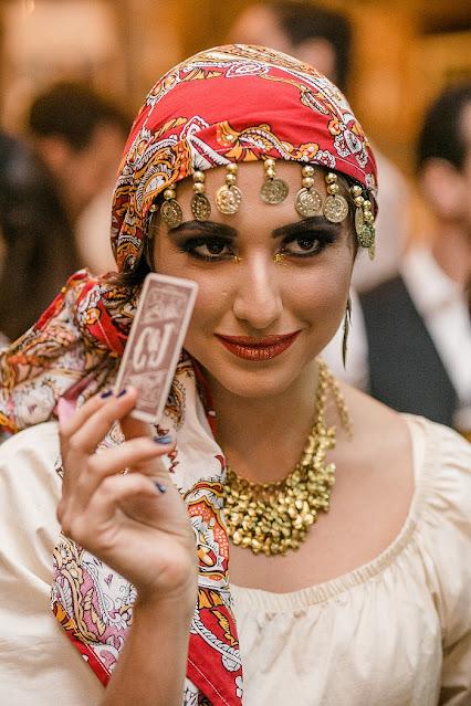 Atrações impactantes com tema circo para sua festa de casamento, na imagem cigana lendo as cartas.