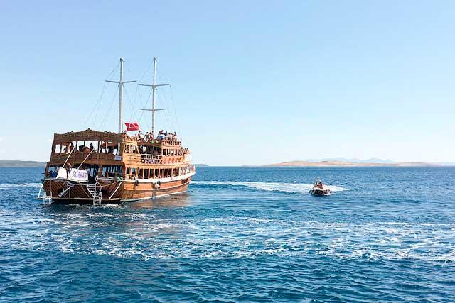 Ayvalık Pınar Adası açıklarında teknemize yanaşan bir sürat teknesi dondurmacı çıktı.