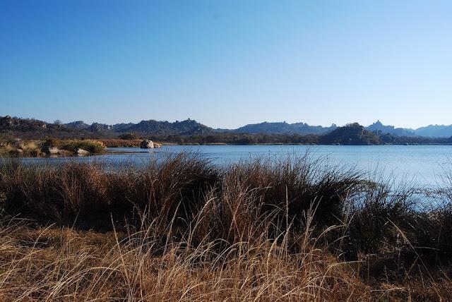 vue d'un des nombreux lacs du parc de Matopos