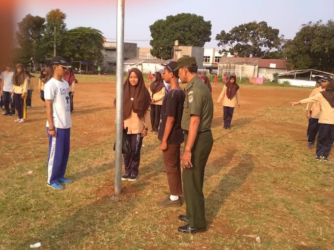 Jelang HUT RI, Babinsa Koramil Sukmajaya Latih Anggota Paskibra