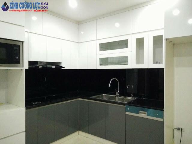 07 Mẫu kính ốp bếp màu đen sang trọng quý phái cho căn bếp