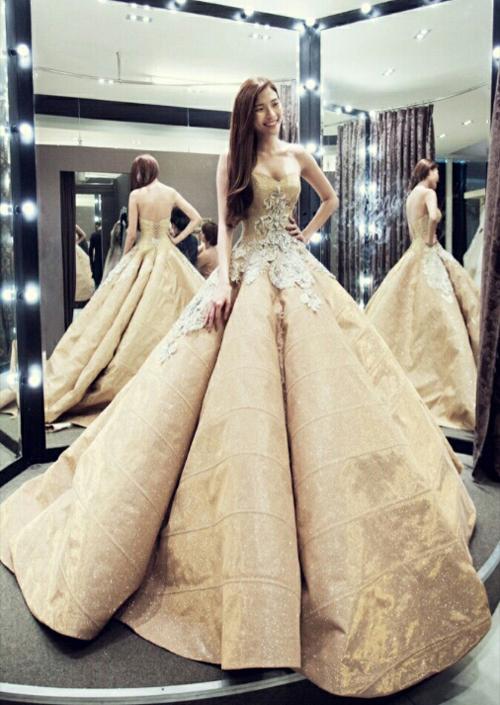 Choáng trước váy cưới trăm triệu kiêu sa của Thúy Diễm