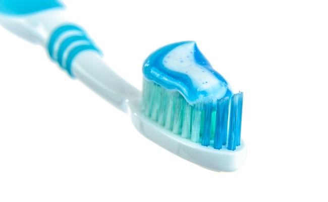 العناية بالأسنان (کيف تحافظين على أسنان جميلة ونظيفة ؟)