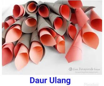 Gunakan Kertas Origami Warna Merah Untuk Membuat Kelopak Bunga