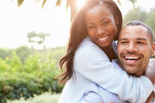 Körpersprache Mann berührt Frau am Arm
