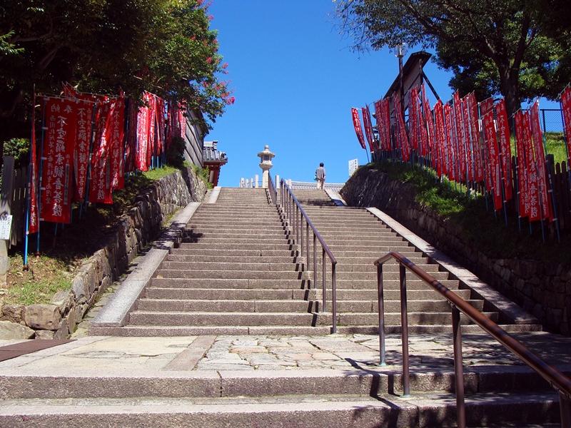 Treppe in Nara mit roten Fahnen an beiden Seiten