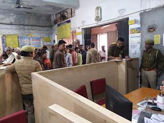 दिनांक 06.02.2020 को पुलिस अधीक्षक जालौन डॉ0 सतीश कुमार के निर्देशन में जनपद के थाना प्रभारी/कर्मचारीगण द्वारा     On 06.02.2020, under the direction of Superintendent of Police Jalaun Dr. Satish Kumar, the Police Station Incharge / staff of the district fall under their respective banks / ATMs अपने-अपने क्षेत्रान्तर्गत पड़ने वाले बैंक/एटीएम,
