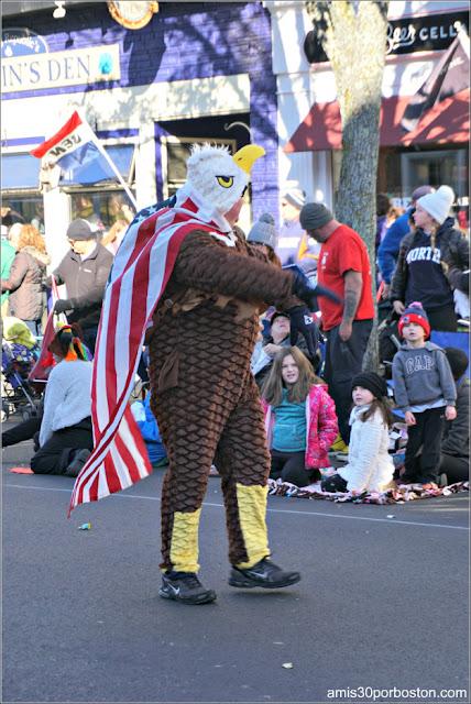 Disfraz de Águila con Bandera en el Desfile de Acción de Gracias de Plymouth