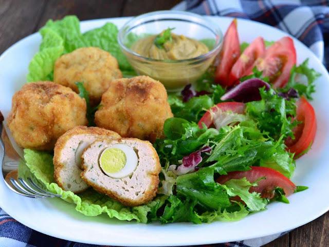 На 6 порций: Фарш ( желательно свиной) - 1 килограмм; Яйцо куриеое - 8 штук; Мука - 4 столовые ложки; Хлебные крошки - 250 грамм; Растительное масло;
