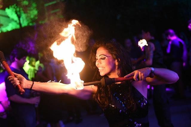Atração com fogo pirofagia de Humor e Circo Eventos para emocionar os convidados na sua festa de casamento.