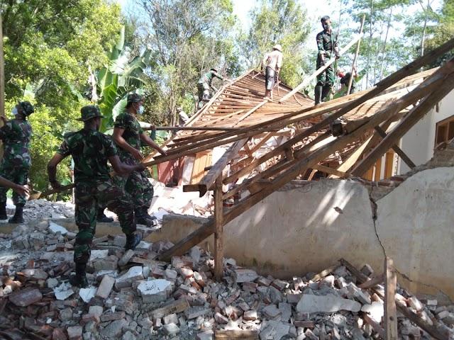 Pasca Gempa, TNI Lumajang Terus Lakukan Upaya Penanganan dan Pemulihan