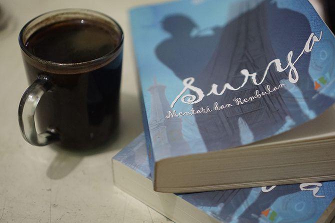 Membaca novel Surya, Mentari dan Rembulan ditemani kopi