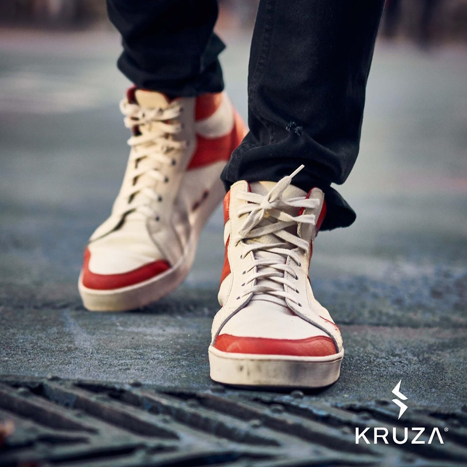 Modelo Sodax blanca con rojo de Kruza zapatillas sustentables chilenas