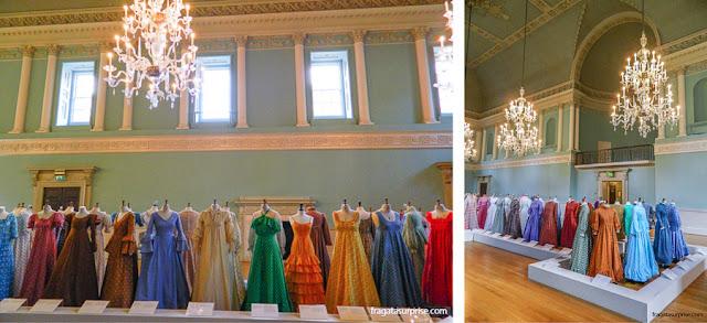 Exposição de vestidos da estilista Laura Ashley no Salão de Baile dos Assembly Rooms de Bath