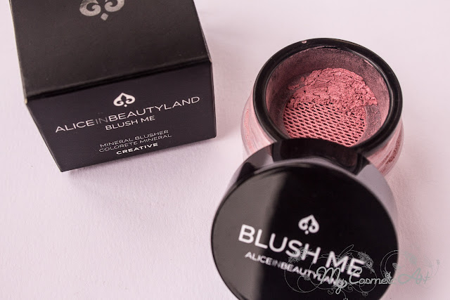 maquillaje de Alice in Beautyland: base de maquillaje, colorete y brochas.