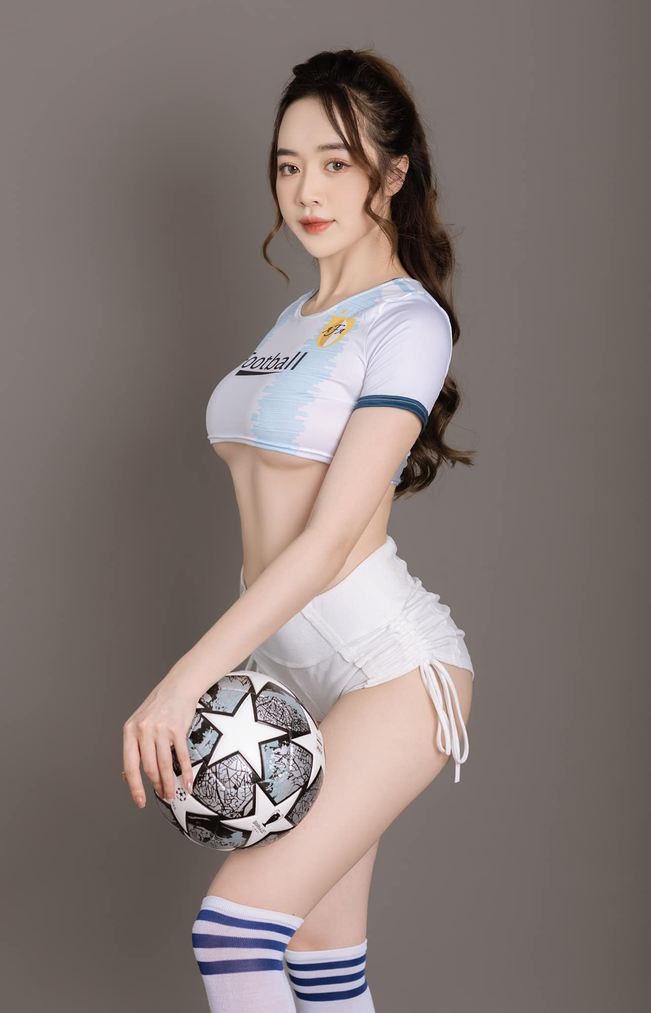 Người mẫu Quảng Ninh mặc trang phục ủng hộ Euro - Hằng Habi